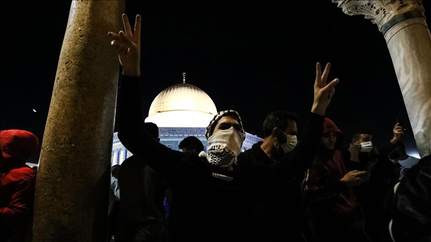 Binlerce Müslüman sabah namazı için yine Mescid-i Aksa'da