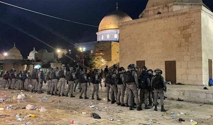 İsrail polisi Mescid-i Aksa'ya girerek cemaate saldırdı: Çok sayıda yaralı var